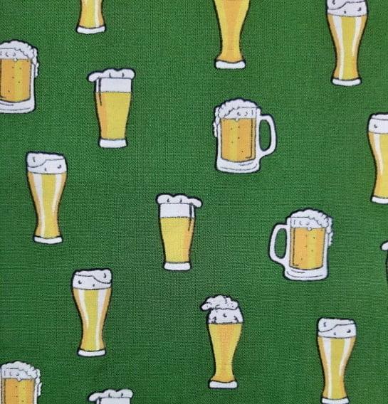 Tecido Tricoline Estampa de Copo e Caneca de Chopp - Fundo Verde Bandeira - Preço de 50 cm X 150 cm